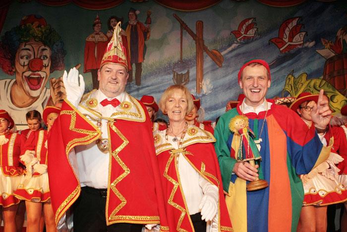 Das neue Dreigestirn bei den Emsnarren in Schöning grüßt vor neuem Bühnenbild die Jecke Narrenschar. Prinz Falk I. Buck u