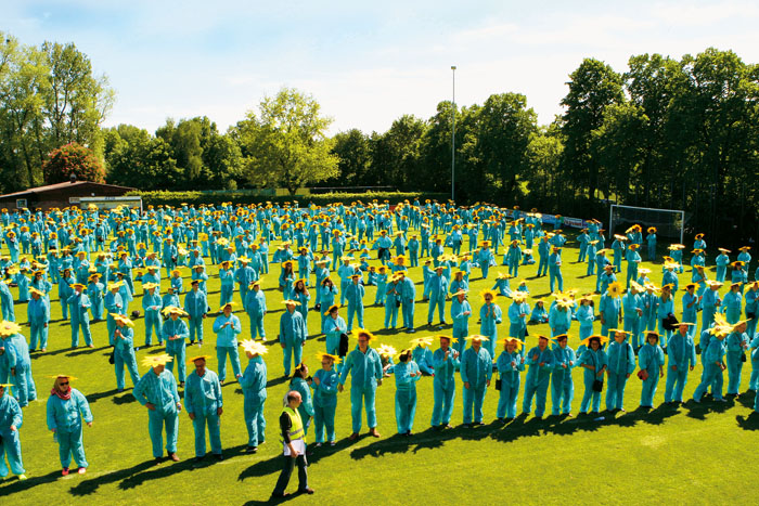 748 kostümierte Boker: Bei dem Anblick der vielen Sonnenblumen geht dem Betrachter das Herz auf. Damit war der Weltrekord ge