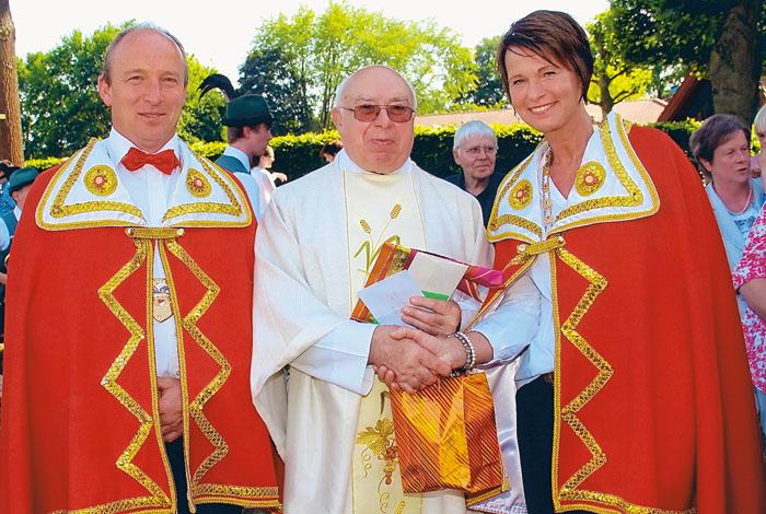 Pfarrer Romuald Tuszynski (Mitte) feierte 50-jähriges Priesterjubiläum.