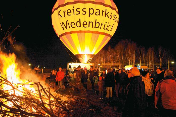 Lagerfeuer und Ballonglühen lockten 1.000 Besucher in den Gartenschaupark. Fotos: RSA/Pasel