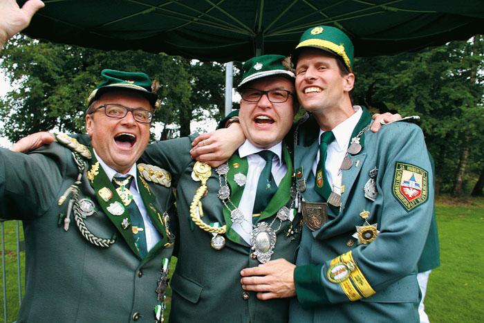 Großer Jubel beim Stadtkönigsschießen: Michael Aufderstroth (M.) erkämpft sich den Titel. Mit ihm freuen sich Gerry Reink