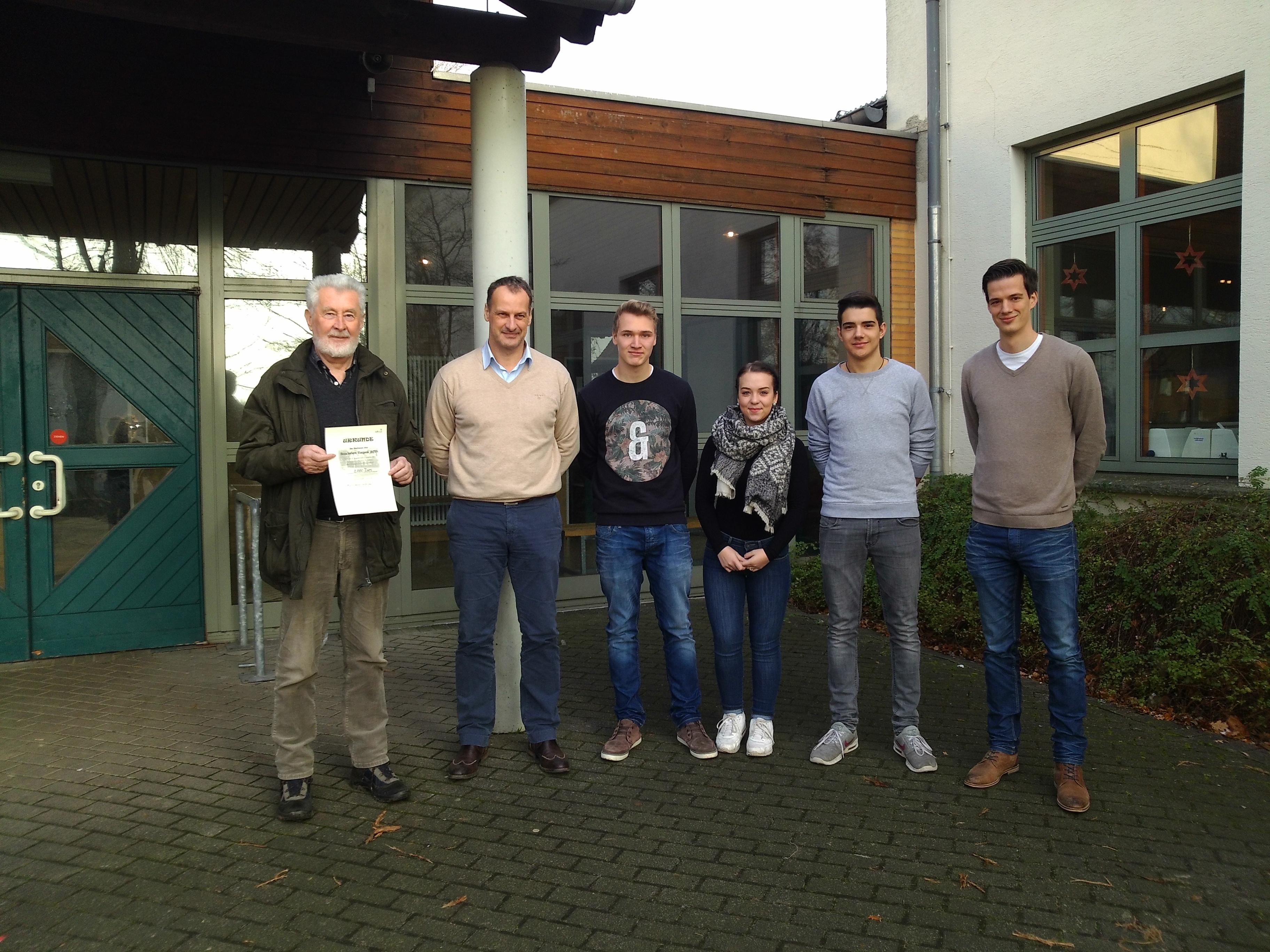 Auf dem Bild von links nach rechts: Herr Robert Oelsmeier (1. Vorsitzender), Oliver Austenfeld (Schulleiter Hauptschule Osten