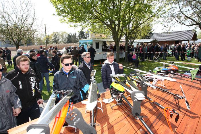 Auch der Stand mit den Hightech-Hubschraubern hatte großes Interesse zu verbuchen. Immer wieder sammelten sich die Besucher