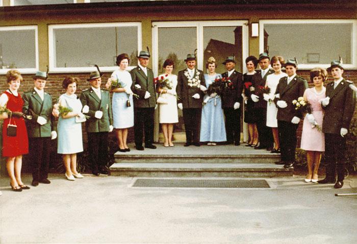Das Goldkönigspaar von 1966 mit seinem Throngefolge: (v. l.) Maria Hollenbeck und Walter Rehage, Elisabeth und Heinz Wietbü