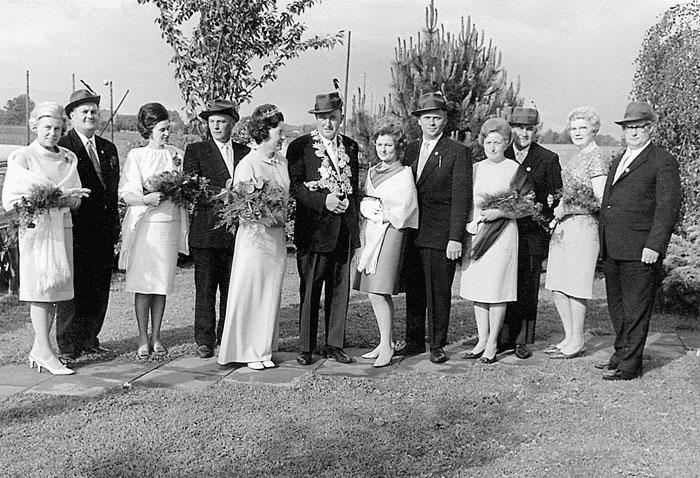 50 Jahre ist es her (von links): Käthe und Karl-Heinz Ricke, Thea Peitzmeier und Wilhelm Hansmeier, Königspaar Hedwig Hansm