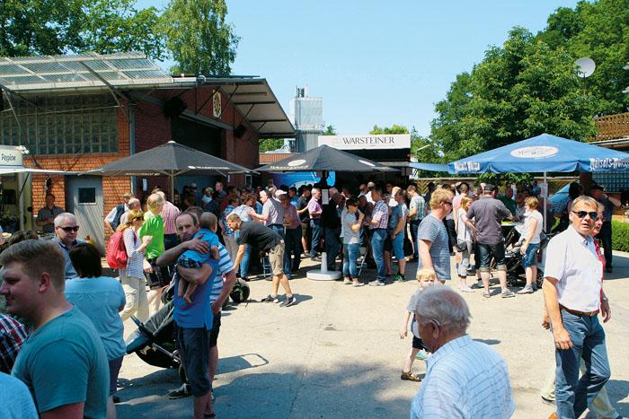 Volles Haus beim Tag der offenen Tür zum Jubiläum des Lohnunternehmens Knapp in Schöning: Viele Besucher, vor allem Famili
