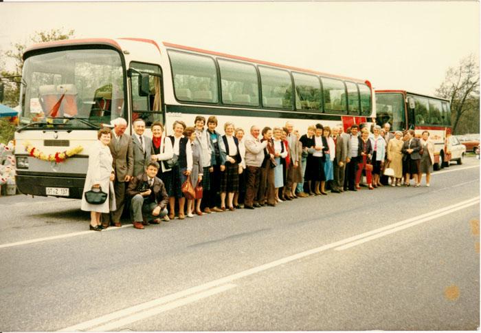 Die ersten Reisebusse der Zander Bustouristik waren noch in den Farben weiß-rot gehalten. Dieses Bild zeigt eine Reisegruppe