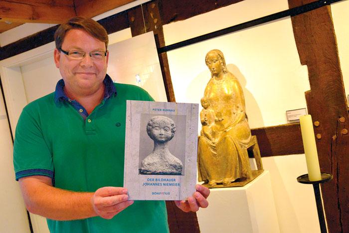 Museumsleiter Thorsten Austermann freut sich nicht nur über die aktuelle Ausstellung, sondern auch über das Buch zu Niemeie