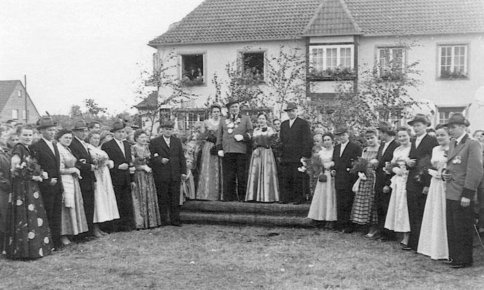 Throngefolge 1956/57: Aloys und Anne Figgemeier, Josef und Lenchen Großepähler, Hermann und Katharina Jungeilges, Georg Kle