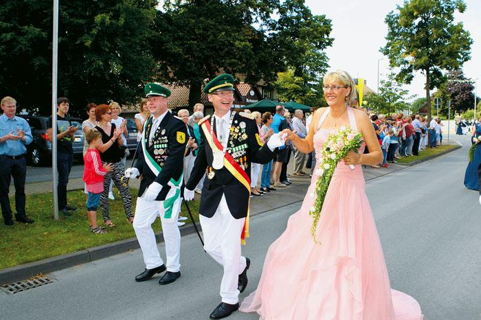 Mit kräftigem Applaus wird das neue Regentenpaar belohnt, als es zum Paradeplatz geht. Auch sind hier und da bewundernde Bli