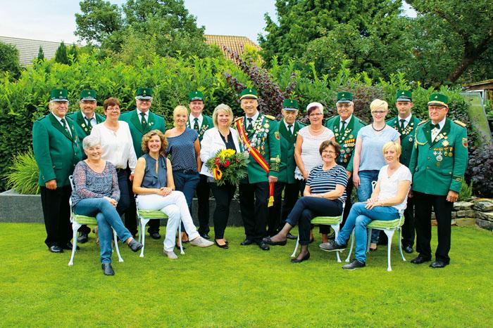 Der neue Hofstaat der St.-Sebastian-Schützenbruderschaft Bentfeld freut sich auf das kommende Fest: (v. l.) Ingrid und Ferdi