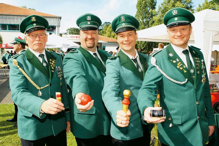 Kronprinz (v. l.) wurde Hubert Sandtüns (6 Schuss), Apfelprinz ist Markus Hartmann (20 Schuss), Zepterprinz wurde Stefan Hah