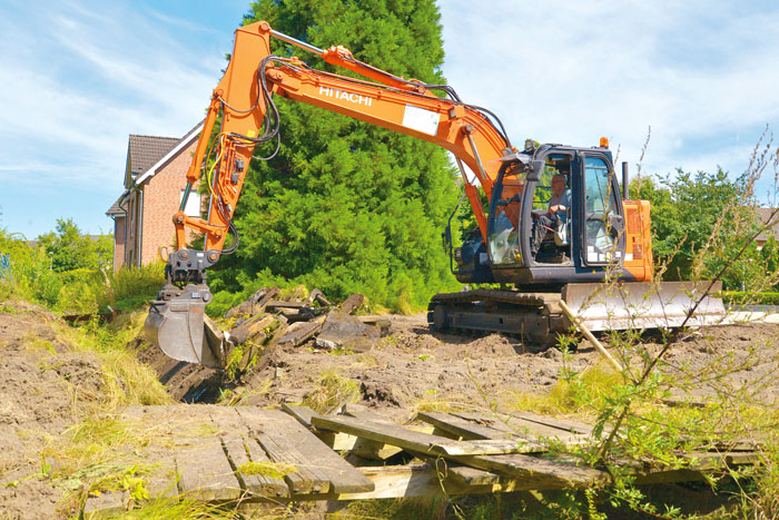 Mit viel Krach reißt der Bagger die alten Betonplatten, die den Dorfgraben eingefasst haben, heraus. Der Bach soll ein natü