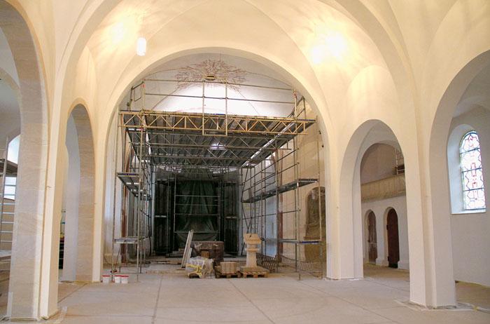 Einen frischen, lichten Anstrich erhält derzeit die Kirche der Bokeler St.-Anna-Gemeinde. Zudem gibt es kleinere Umbaumaßna