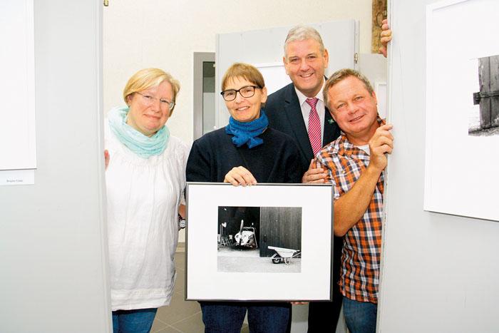 Bürgermeister Werner Peitz (h.) eröffnete die Ausstellung von Brigitte Glahe, Inge Mertens und Klaus Glahe (v. v. l.). Foto