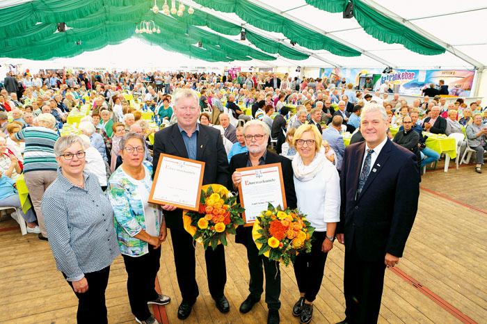 Frank Remmert und Karl-Heinz Mücher ((3.u.4.v.l.) erhielten die Delbrücker Ehrennadel in Gold mit Diamant. Bürgermeister W