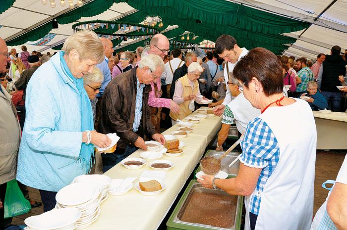 Großer Ansturm auf die traditionellen Gerichte Pannenbrich und Klönekenpiäper. Am Eingang des Festzeltes waren die Damen f