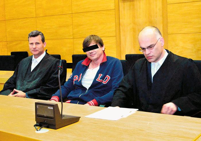 Der Angeklagte, der als Fluchthelfer in der Mordnacht in Westerwiehe den Wagen gefahren haben soll, wird von Dr. Detlev Binde