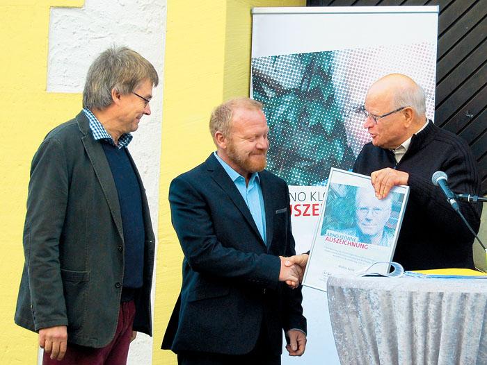 Laudator Prof. Dr. Dietmar Klenke (l.) und der Vorsitzende des Linken Forums Paderbon Paul Weitkamp (r.) gratulieren Martin K