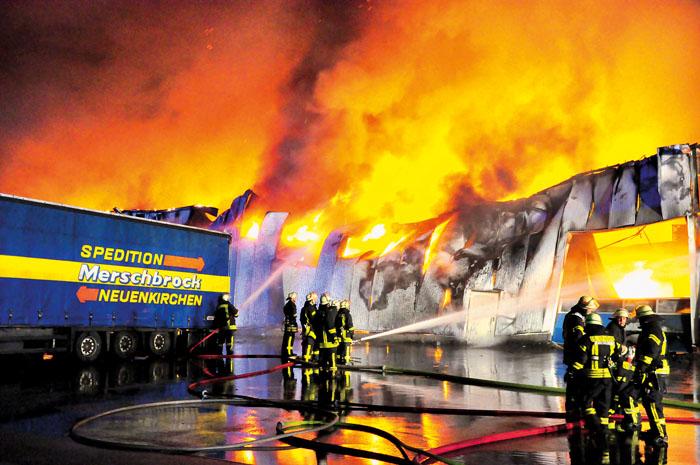 In der Nacht zu Mittwoch vernichtet ein Großfeuer die Lagerhalle der Firma Merschbrock. Zwei Auflieger können ebenso wie Na