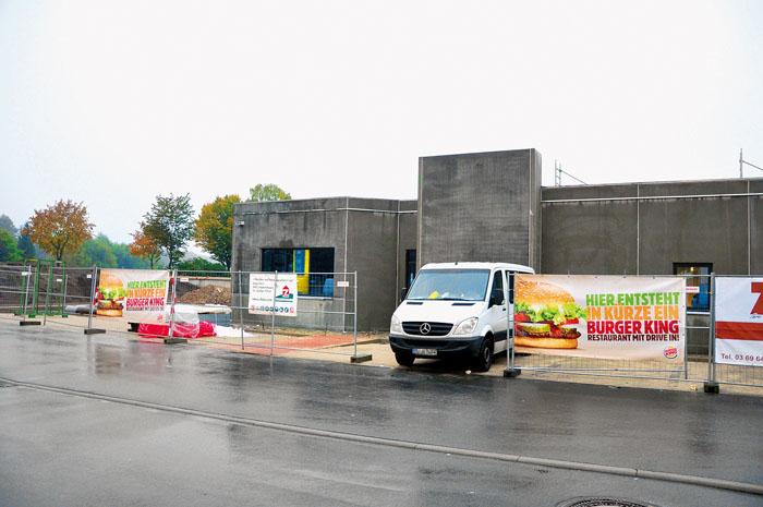 Die Arbeiten an der Burger-King-Filiale sind in vollem Gange. Hinter den Bauzäunen lässt sich das Gebäude im Rücken der J