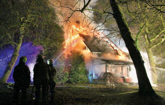 Das alte Gebälk des Hauses und ausströmendes Gas fachen den Brand an. 110 Einsatzkräfte können das Gebäude nicht mehr re