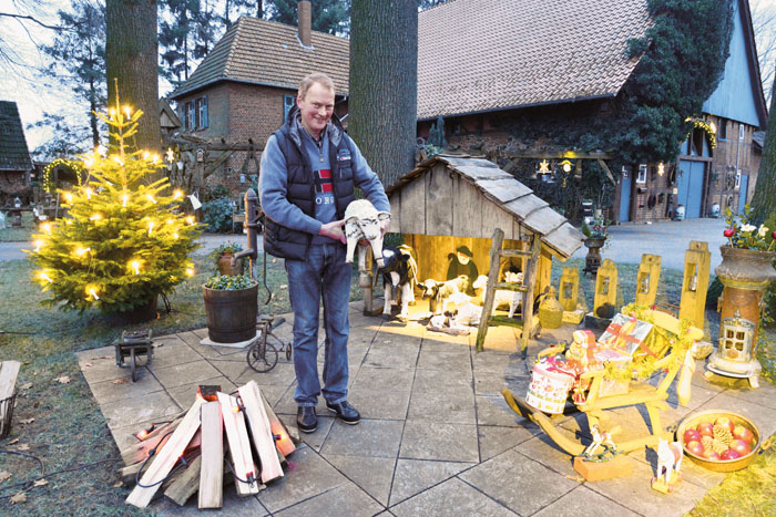 Seit einigen Jahren dekoriert Heinz-Josef Isenberg die Sitzecke unter den Eichen zu Weihnachten mit einem kleinen Schafstall,