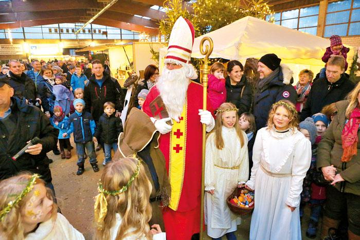 Der Nikolaus und die Weihnachtsengelchen werden umlagert. Fotos: DSA/Steg