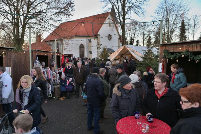 """""""Volles Haus"""" hieß es beim Weihnachtsmarkt im Delbrücker Stadtteil Schöning. Bei eisigen Temperaturen genossen Alt und"""