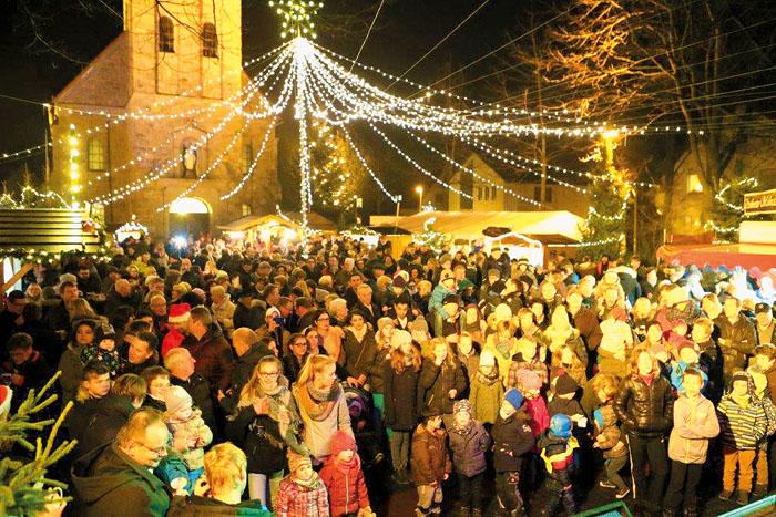 Viele Besucher sind zum Steinhorster Weihnachtsmarkt gekommen, um die festliche Atmosphäre zu genießen.  Fotos: DSA/Steg