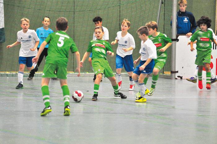 Auch wenn die kleinen Kicker ehrgeizig um den Ball kämpfen, es geht stets fair zu bei dem Turnier. Technick und Können steh