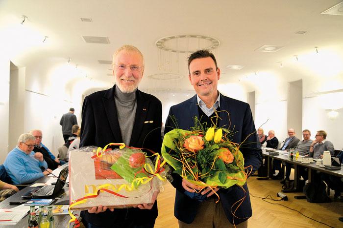 Bürgermeister Andreas Sunder (rechts) dankt seinem treuen Stellvertreter. Werner Bohnenkamp ist bereits seit 25 Jahren in di