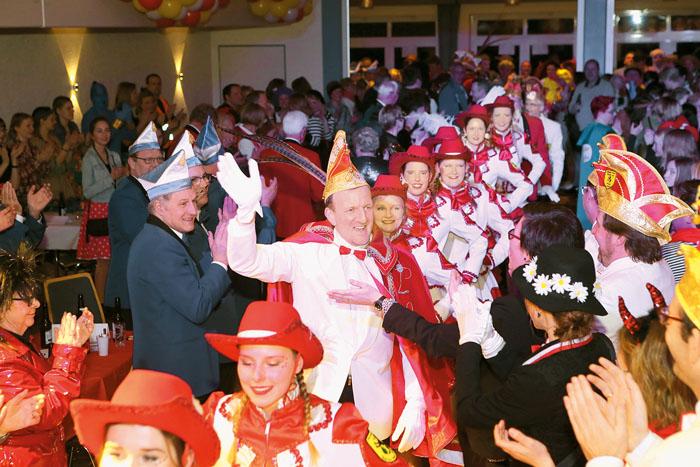 Unter großem Jubel wird der neue Prinz Karneval Andreas III. von seinen jecken Untertanen begrüßt. Da dauerte der Weg zur