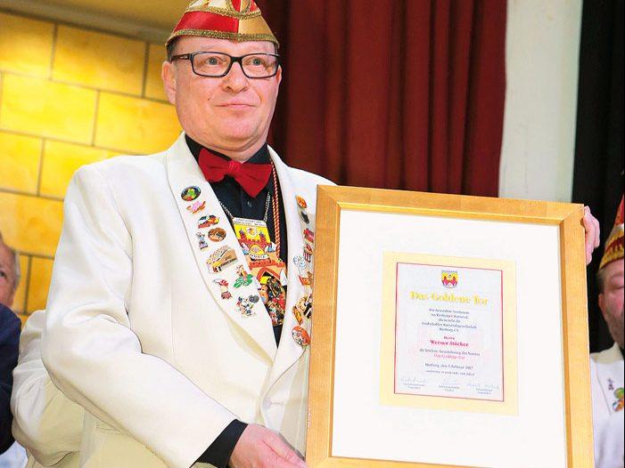 Werner Stücker ist von den Grafschaftler Karnevalisten mit dem Goldenen Tor ausgezeichnet worden. Foto: RSA/Steg