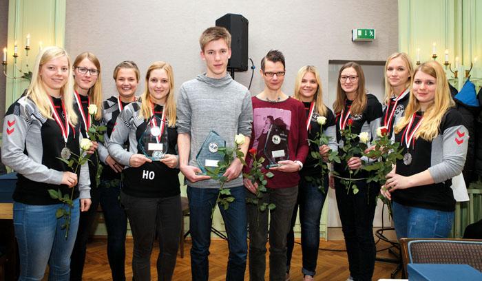 Geehrte Sportler: Denise Hollenhorst, Alena Picker, Julia Schröder, Hannah Ortmann (Kapitän der Handballerinnen), Tim Rehfe