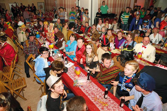 Rappelvoll ist es in der Anreppener Dorfhalle. Die Jecken schunkeln und genießen ein großartiges Karnevalsprogramm. Fotos: