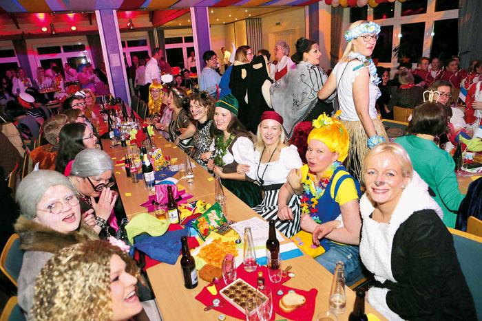 Begeistert feiert und schunkelt das Publikum im Lippestadion mit bei der Karnevalsfeier der Kfd-Frauen in Boke. Fotos: DSA/St