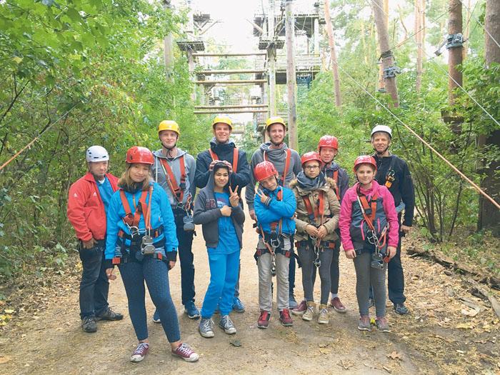 Kinder der Wohngruppe Winkelshof und Helfer des Freundeskreises im Schnurstracks-Klettergelände im Gartenschaupark. Fotos: p