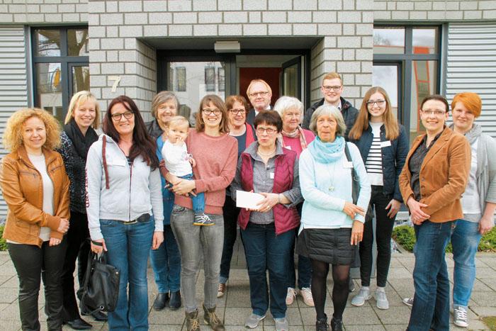 Strahlende Gewinner konnte RSA-Herausgeber Bernd Rehling (hinten Mitte) im Produktionshaus des Rietberger Stadtanzeiger an de