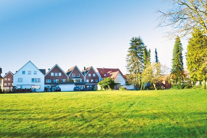 Auf der Wiese am Himmelreich soll das neue Rathaus entstehen, entweder drei- oder viergeschossig. Fotos (2): Addicks