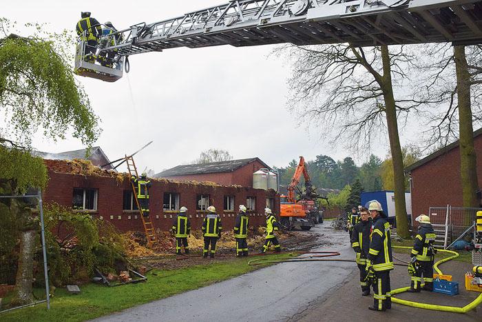 Der komplette Dachstuhl des Kuhstalls wurde ein Raub der Flammen. Das angrenzende Wohnhaus war durch die hochgezogene Steinma