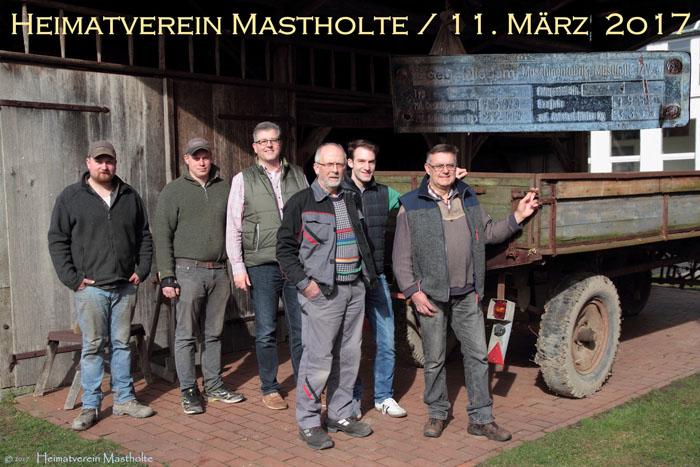 Von rechts: Hermann Eickhölter, Carsten Löhner, Gisbert Schnitker, Alexander Hagemeier sowie die Vorbesitzer des Fahrzeuges