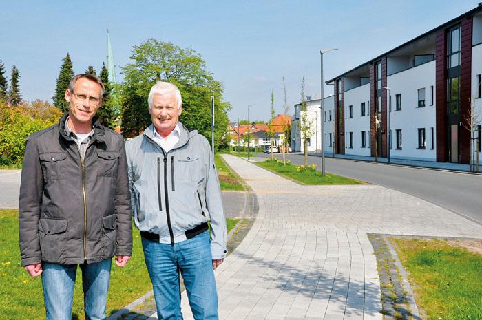 Bauleiter Matthias Fortmeier (Verler Gartenbau) und Bauamtsleiter Heinz Drüke (rechts) sind froh, die Arbeiten im Himmelreic