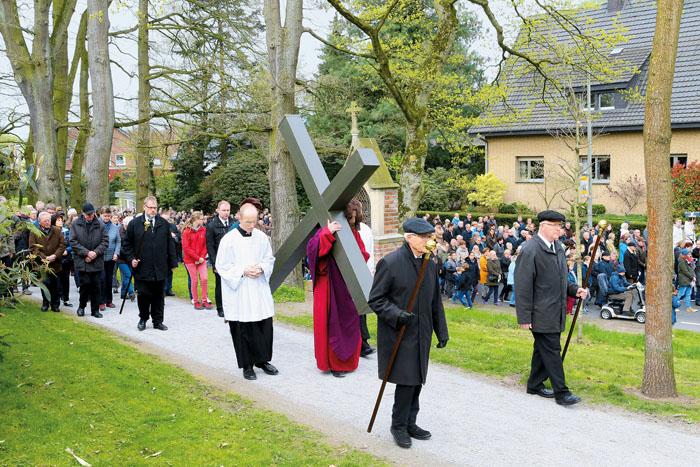 Die Strecke am Karfreitag führt zur sogenannten Kreuzkapelle hinauf und bedeutet für den Träger Schwerstarbeit.