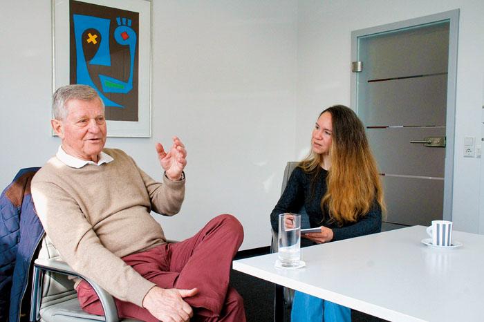 Ratsmitglied Dr. Manfred Niewiarra erläutert im Gespräch mit RSA-Redakteurin Mareikje Addicks, was ihm im Hinblick auf den
