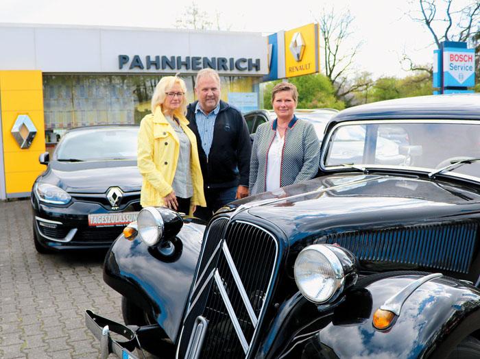 """Wolfgang und Angelika Pahnhenrich mit Monika  Kuper (links) am alten """"Gangster-Citroen"""". Am Aktionstag soll für das Stä"""