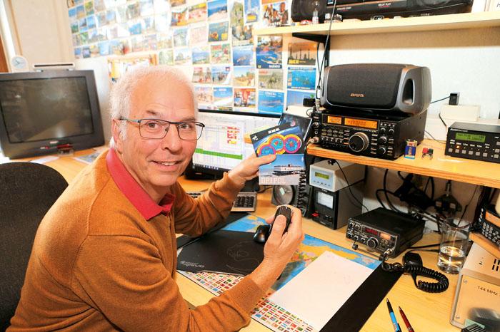 014_Amateurfunker Holger Wolff aus Ostenland hat die Hand an der Sprechtaste für die anstehende Funkverbindung. Freude kommt