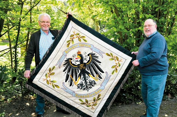 Friedel Pauleickhoff (links) und Wolfgang Körkemeier hatten für die Besucher des Kolpinghauses eine große Überraschung da