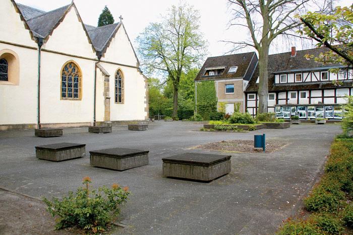 Nicht gerade schön anzuschauen - der Kirchplatz in Neuenkirchen. Er soll nun für über eine Million Euro saniert werden.  D