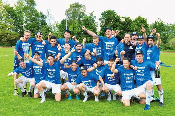 Was für eine Feier: Der Erfolg ist perfekt für die Mannschaft von TuS Viktoria. Die Jungs haben den Aufstieg in die Landesl